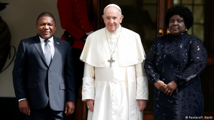 Mosambik: Papst Franziskus mit Präsident Filipe Nyusi und dessen Frau in Maputo