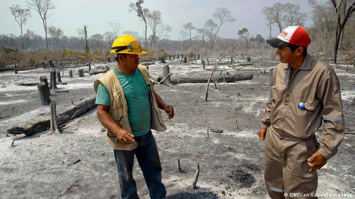 Los bomberos bolivianos Moisés Soria Valverde y Ronald Picolomini.