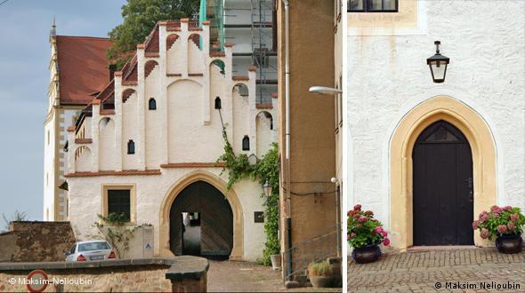 Главные ворота, ведущие в замок (слева), и дверь во внутреннем дворе