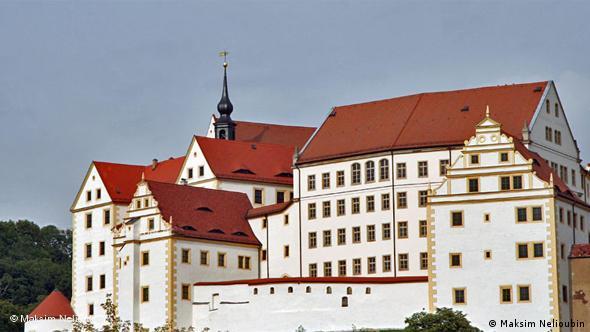 Вид на замок из города