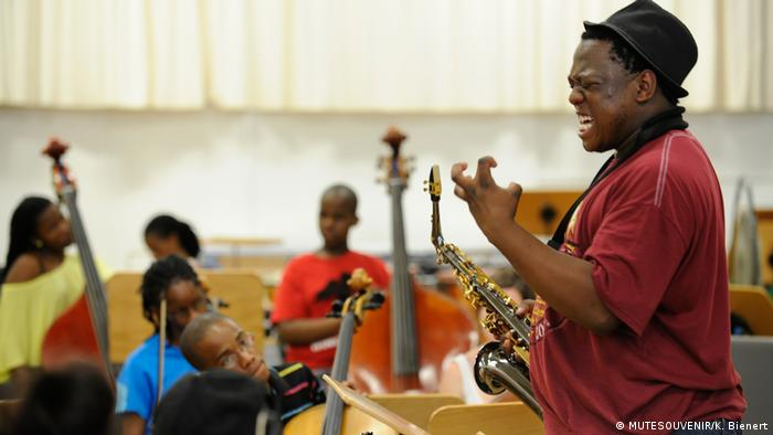 Tshepo Tsotetsi rehearsing with young African instrumentalists (MUTESOUVENIR/K. Bienert)