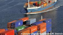 Begegnung zweier Containerschiffe auf dem Nord-Ostsee-Kanal, Kiel, Schleswig-Holstein, Deutschland, Europa | Verwendung weltweit, Keine Weitergabe an Wiederverkäufer.