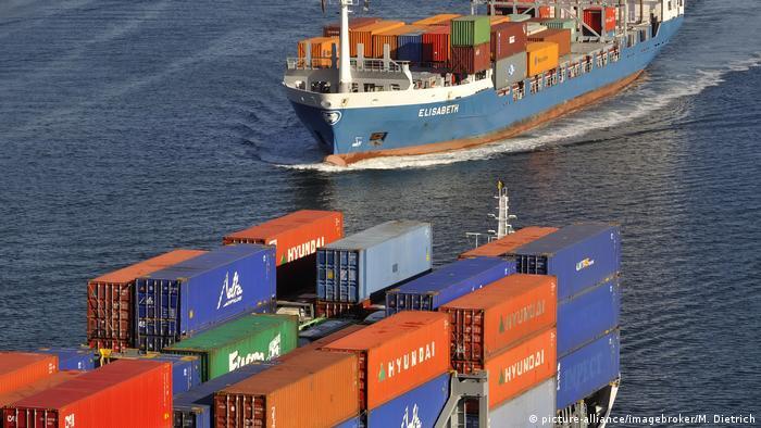 Schiffsverkehr mit Containerschiffen (picture-alliance/imagebroker/M. Dietrich)