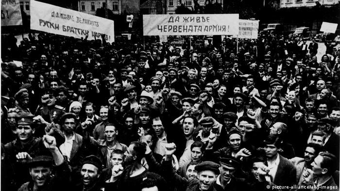 1944 Bewohner Sofias begruessen Sowjets