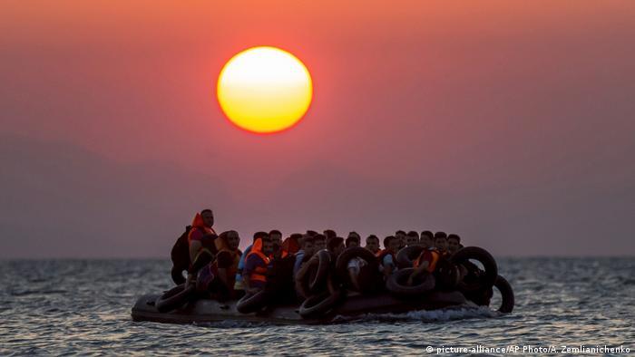 Griechenland   Flüchtlinge auf Gummiboot vor Kos