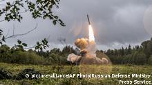 Russland nahe St. Petersburg | Iskander-K Rakete startet während Militärübung