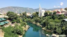 Bosnien und Herzegowina Mostar Foto: DW/Dragoslav Dedovic, August 2019 Mostar Neretva und Minaretten