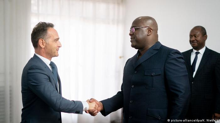 German Foreign Minister Heiko Maas shakes hands with DRC President Felix Tshisekedi (picture-alliance/dpa/K. Nietfeld)