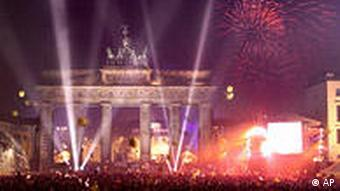 Menschenmenge vor dem Brandenburger Tor (Foto: AP)