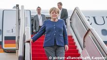 06.09.2019, China, Peking: Bundeskanzlerin Angela Merkel steigt nach der Landung auf dem Flughafen von Peking aus dem Airbus A340. Merkel hält sich zu einem zweitägigen Besuch in der Volksrepublik China auf. Foto: Michael Kappeler/dpa +++ dpa-Bildfunk +++ | Verwendung weltweit