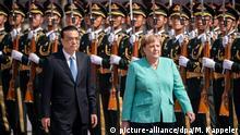 06.09.2019, China, Peking: Bundeskanzlerin Angela Merkel (CDU, r) wird von Li Keqiang, Ministerpräsident von China, mit militärischen Ehren vor der Großen Halle des Volkes empfangen. Merkel hält sich zu einem zweitägigen Besuch in der Volksrepublik China auf. Foto: Michael Kappeler/dpa +++ dpa-Bildfunk +++ | Verwendung weltweit
