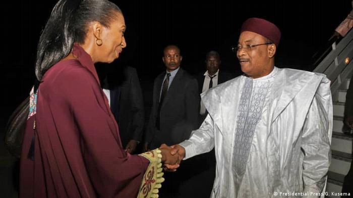 Jeanine Mabunda, ex-présidente de l'Assemblée congolaise, accueillant le président nigérien en 2019