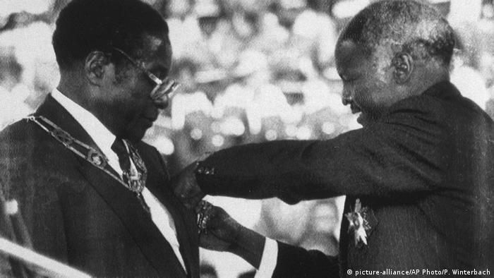 Robert Mugabe é empossado como presidente do Zimbábuel em 1987