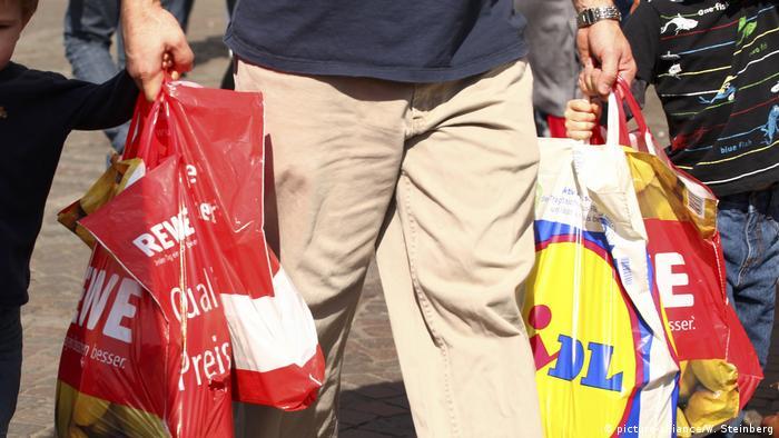 Almanya'da birçok süpermarkette artık plastik poşet yerine kağıt poşet satılıyor