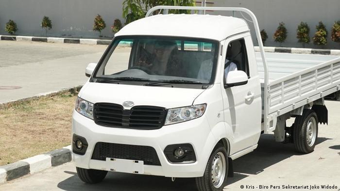 Jokowi und Industrieminister Airlangga Hartanto auf einer Testfahrt des Esemka (Kris - Biro Pers Sekretariat Joko Widodo)