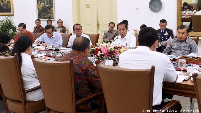 Jokowi und mehrere Minister bei einem Meeting