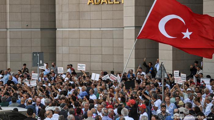 Türkei Istanbul | Menschenmenge vor dem Caglayan Gericht