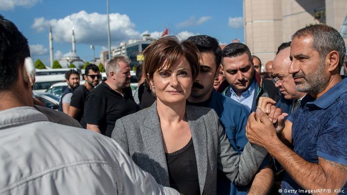 Türkei Istanbul | Canan Kaftancioglu umringt von Menschen vor dem Caglayan Gericht