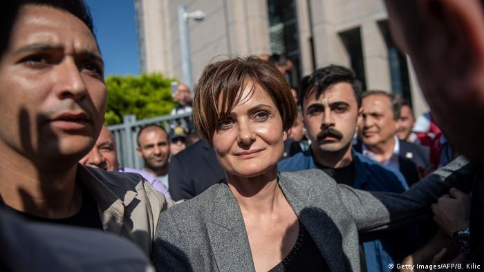 Canan Kaftancioglu di depan Pengadilan Caaglayan, Turki