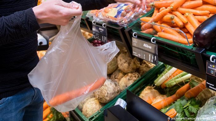Symbolbild - Einkaufen im Supermarkt mit Plastikbeutel für Gemüse (picture-alliance/dpa/B. Nolte)