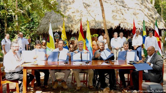 Presidentes e representantes de países sul-americanos parte da Floresta Amazônica selam o Pacto de Leticia, numa aldeia indígena na Colômbia