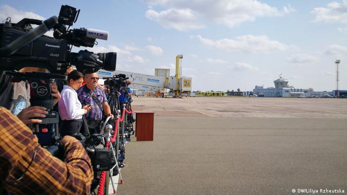 Журналисты в аэропорту Борисполь ждут прибытия самолета с украинцами из Москвы