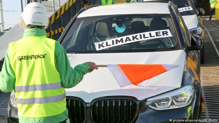 Deutschland | Greenpeace-Protestaktion gegen SUVs (picture-alliance/dpa/B. Marks)