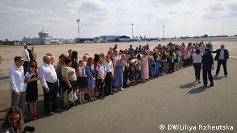 На аэродроме в ожидании прилета освобожденных украинцев
