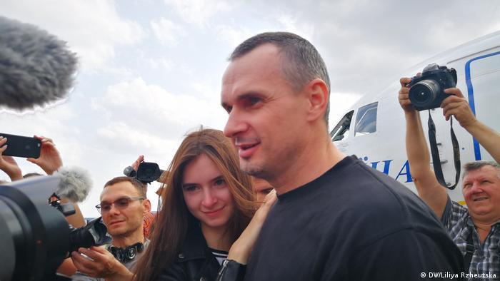 Олег Сенцов з донькою Аліною в аеропорту Бориспіль