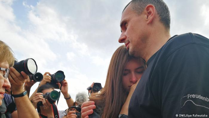 Олег Сенцов и его дочь Алина в аэропорту Борисполь