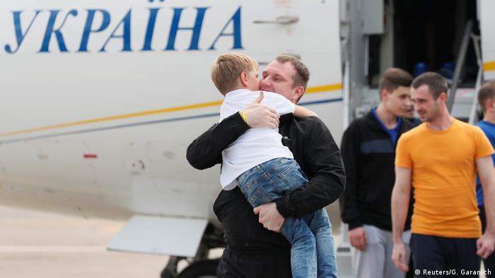 Звільнені українці та їхні рідні не приховували радості від побачення