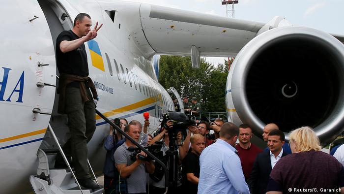 Українські політв'язні виходять з літака в аеропорту Бориспіль, 7 вересня 2019 року
