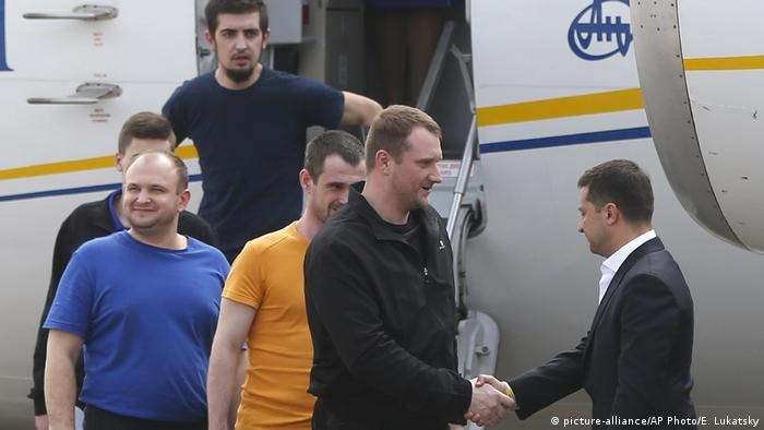 Президент Украины Зеленский встречает у трапа самолета участников обмена с украинской стороны