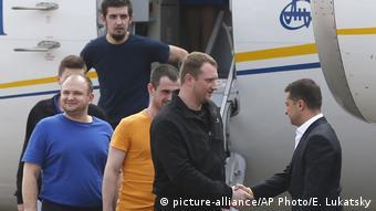 Владимир Зеленский встречает освобожденных из российского плена украинцев