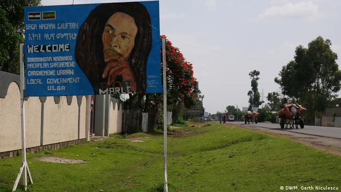 A welcome board with Bob Marley at the entrance to Shashamane in Ethiopia. (DW/M. Gerth Niculescu)