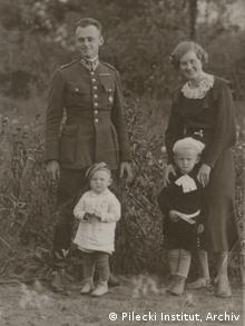 Pilecki bersama anak dan istrinya di tahun 1935
