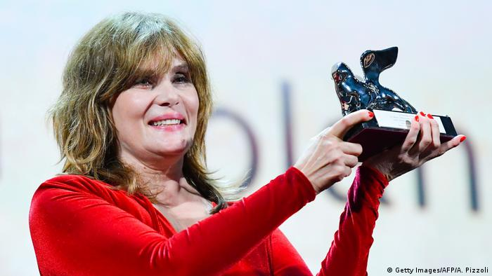 Die französische Schauspielerin Emmanuelle Seigner mit dem Preis für den Polanski-Film J'accuse (Foto: Getty Images/AFP/A. Pizzoli)