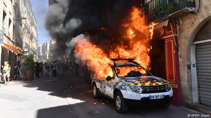A burning police car in Montpellier (AFP/P. Guyot)