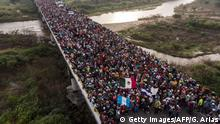 A road full of Central American's traveling in one of the migrant caravans Guillermo Arias (Getty Images/AFP/G. Arias)