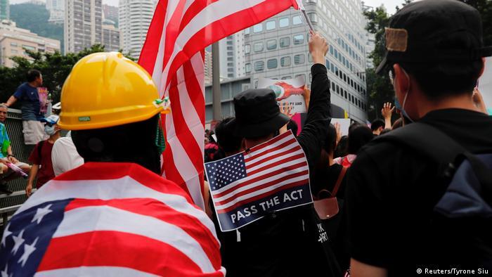 Hongkong Proteste mit US-Flaggen