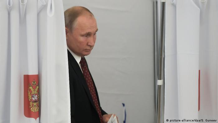 ولادیمیر پوتین در یکی از حوزههای رایگیری در مسکو، یکشنبه هشتم سپتامبر ۲۰۱۹
