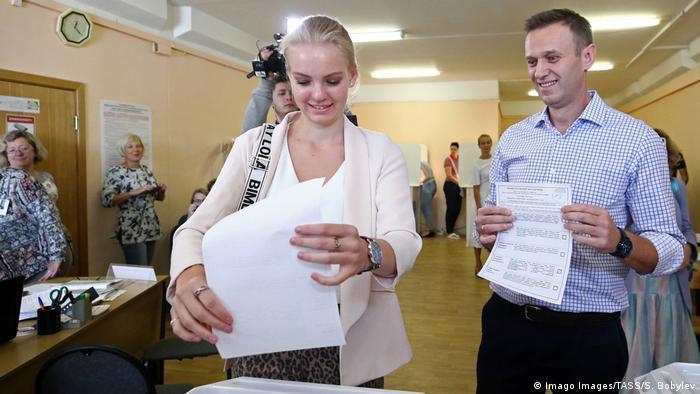 Aleksej Navaljni sa ćerkom Darjom na glasačkom mestu u Moskvi