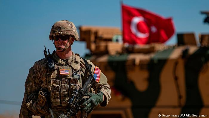 Soldado americano e um tanque militar turco em patrulha no norte da Síria, perto da fronteira com a Turquia