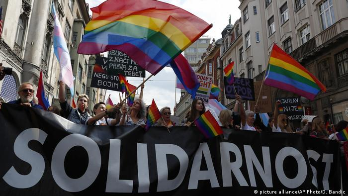 Bosnien-Herzegowina l LGBT-Pride Parade in Sarajevo (picture alliance/AP Photo/D. Bandic)