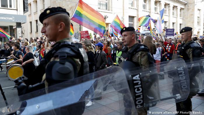 Policajci u Bosni i Hercegovini osiguravaju povorku LGBTQ osoba