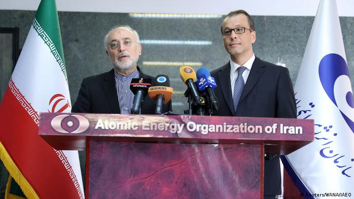 کرنل فروتا در کنار علی اکبر صالحی، رئيس سازمان انرژی اتمی ایران