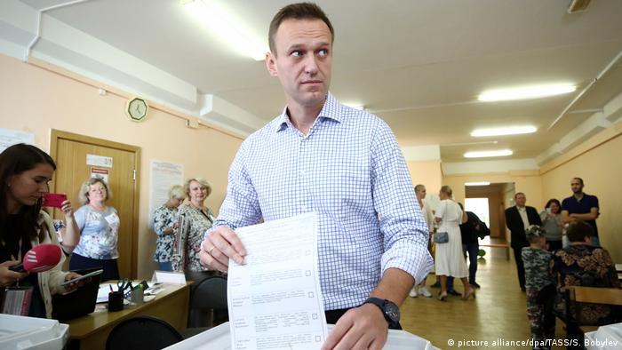 Líder oposicionista russo Alexei Navalny, deposita cédula na urna durante eleição