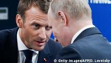 Russland Emmanuel Macron im Gespräch mit Wladimir Putin