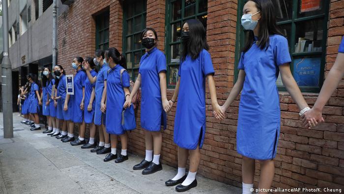 Hongkong Menschenkette Appell USA (picture-alliance/AP Photo/K. Cheung)