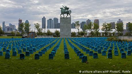 BdTD USA UNICEF Installation aus blauen Schulranzen (picture-alliance/AP Photo/C. Ruttle)